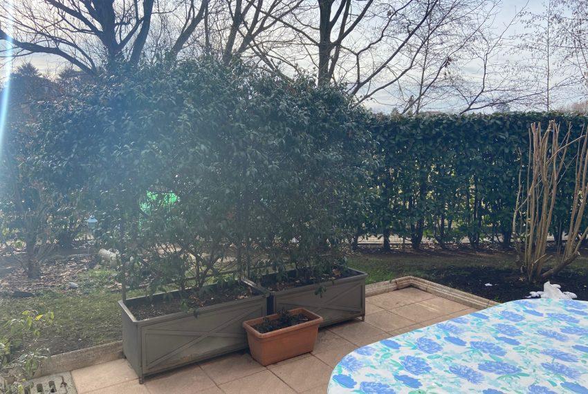 area piastrellata giardino fronte soggiorno
