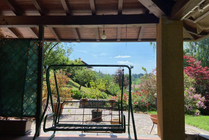ampio ed elegante portico all'ingresso della villa